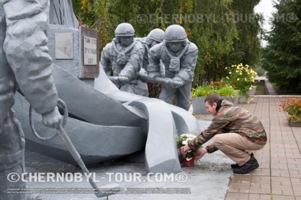 Возложение цветов к памятнику ликвидаторам в Чернобыле